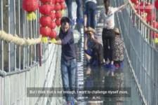 Die laengste Glasbodenbruecke in China