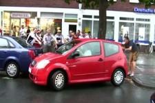 Frau parkt ein und wird von deutschen Fußballfans gefeiert