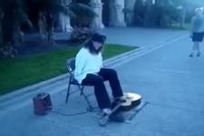 Armloser spielt Gitarre