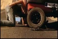 Reifenwechsel eines Mannes