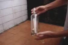 einen Korken von innen aus einer Flasche ziehen