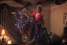 Oma und der Kampf mit dem Weihnachtsbaum