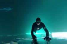 Free Dive unter einem gefrorenen See