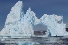 Eisbergbrücke stürzt ein