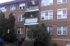 Werfe nie ein Sofa vom Balkon