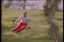 Raupenski fahren auf dem Gras