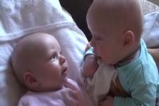 Zwei Babys unterhalten sich - extrem niedlich und liebevoll