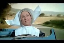Nonne fährt einen heißen Reifen