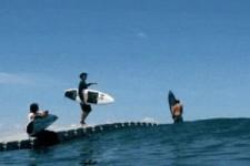 Ein schwimmender Steg für Surfer