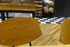 Möwe bedient sich im Supermarkt