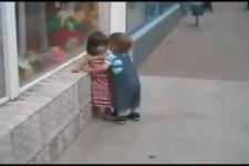 Kleiner Junge sucht sich eine neue Freundin (voll süss)