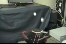 Roboter spielt mit zwei Tischtennis-Bällen