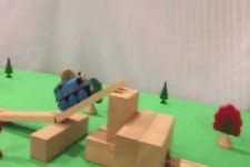 Stunts mit der Holzeisenbahn