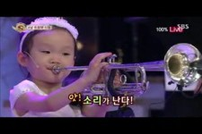 Kleine Maedchen spielt Trompete