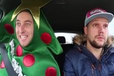 Total verrückte Autofahrt mit Weihnachtsliedern