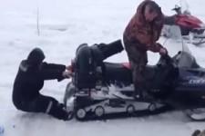 Leg Dich nicht mit einem Schneemobil an