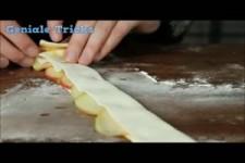 Sie wickelt Apfelscheiben in Blaetterteig.