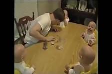Vierlinge lachen sich kaputt