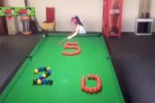 Mädchen spielen Billiard