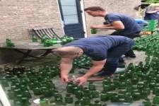 Ein paar Bierflaschen auf dem Boden