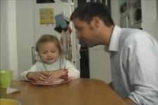 Papa verarscht seine kleine Tochter