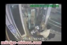 Mit dem Rollstuhl durch den Fahrstuhl