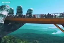 Brücke von einer riesigen Hand in Vietnam gehalten