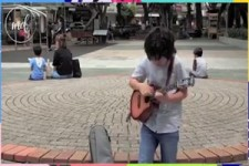 Kleiner Straßenmusiker