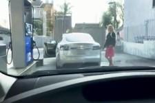 Die Amerikanerin, das Tesla Model S und die Tankstelle