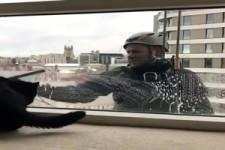 Spaß beim Fensterputzen