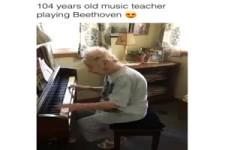 ältere Musiklehrerin